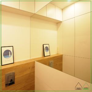 Projekt małej łazienki z ukrytą strefą gospodarczą Projektowanie wnętrz: Doscha STUDIO